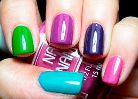 zelená fialová tyrkysová a růžová manikúra