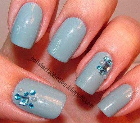 modré krystalky na šedém laku