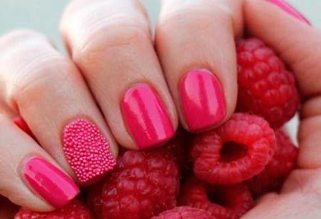 růžové nehty styl Caviar