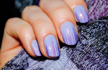 fialový design na nehty s kapelou