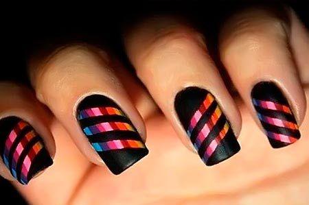 mnohobarevné pruhy na nehty