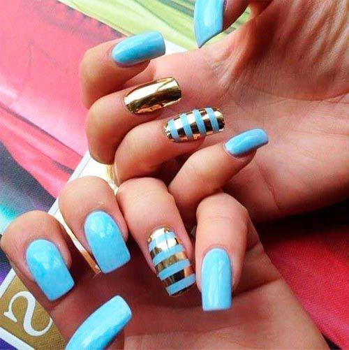 modrý se zlatými pruhy na nehty