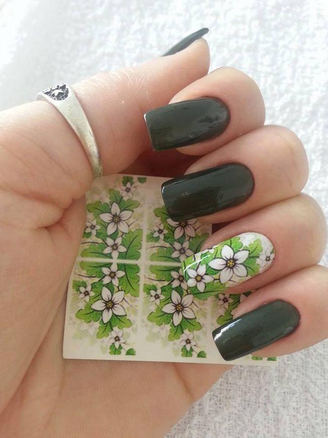 Zelené nehty s květinami