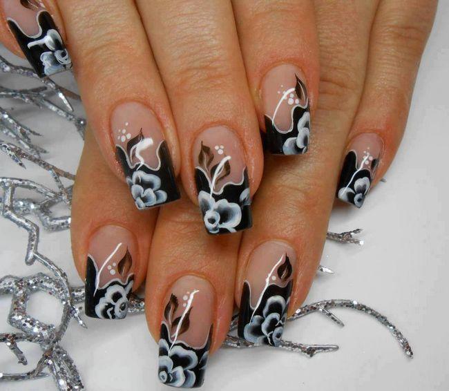 černá s bílými květy na špičkách nehtů