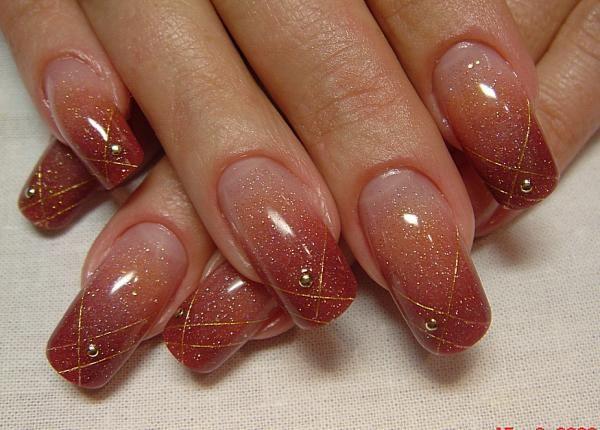 Naroshchennyh manikúra nehty se zlatým oblázek na každém prstu