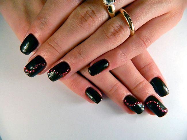Černé nehty s krystaly