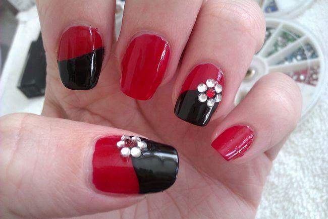 černé a červené nehty