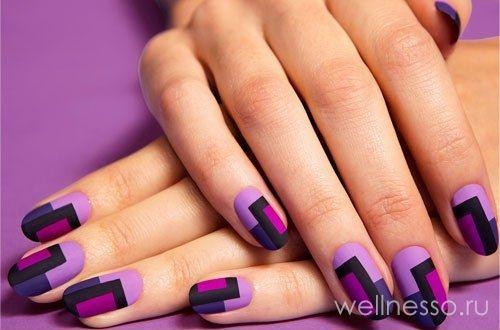 Údaje foto na fialovými nehty