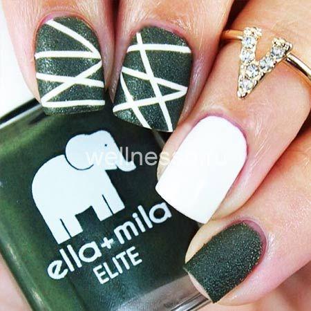 Zelené nehty s bílými pruhy