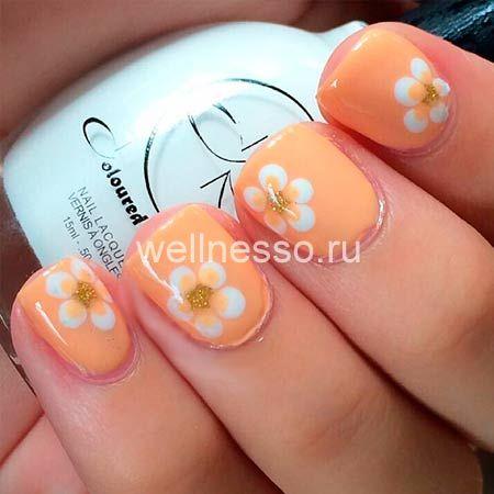 bílé květy na krátkých nehtech