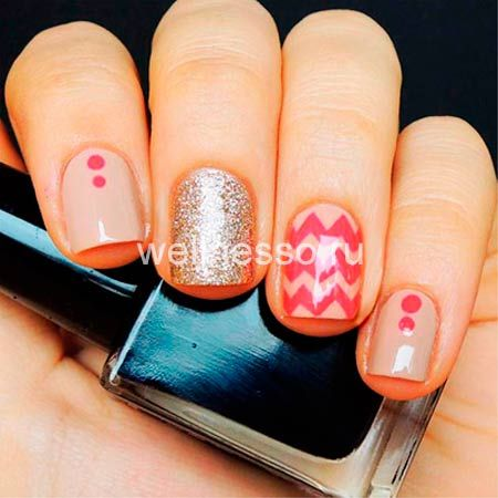 manikúra krátké nehty růžové cik-cak bod