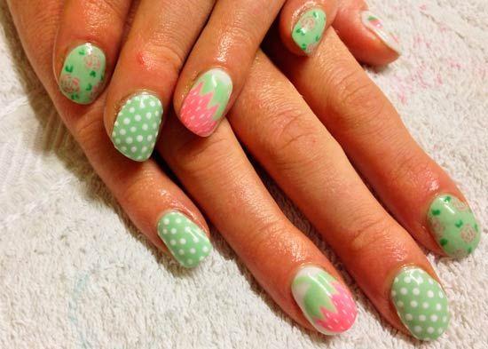 světle zelené barvy s růžovými nehty