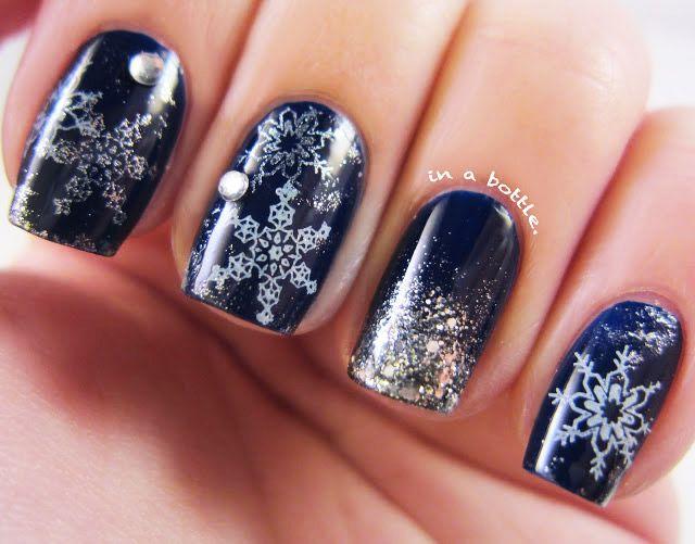 tmavě modré nehty se stříbrnými sněhové vločky