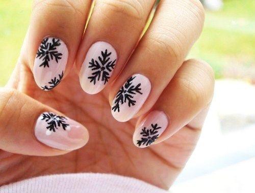 růžové nehty s sněhové vločky