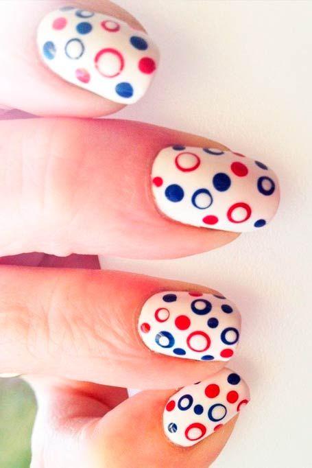 červená modré tečky na bílém nehty