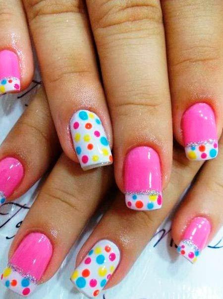barevné puntíky na růžovém nehty
