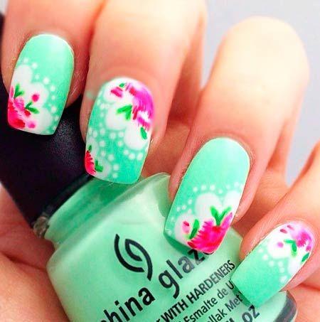 manikúru růžové květy na tyrkysové nehty