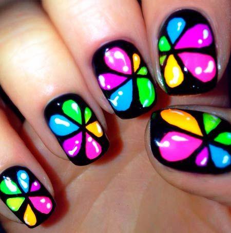 barevné kapky na fotografických nehty